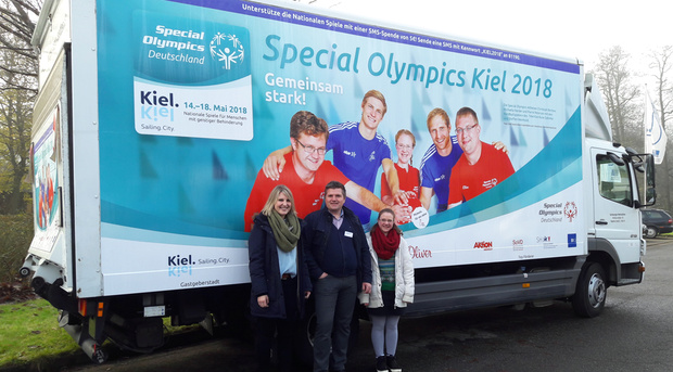 Katja Herber, Hauptstellenleiter Gunnlaugur Karlsson und Michaela Harder freuen sich über das große Plakatmotiv.