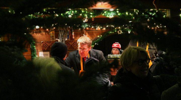 Charity-Aktion: Daniel Günther, Ministerpräsident des Landes Schleswig-Holstein, verkauft Weihnachtspunsch am Stand der Forstbaumschule.