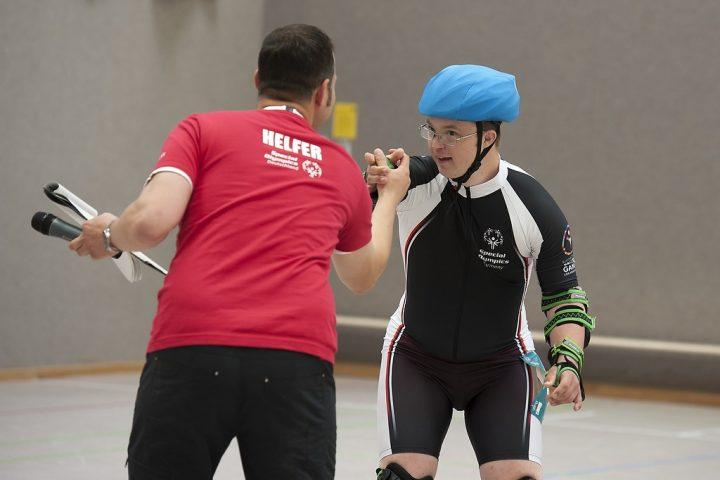 Roller Skater Christian Pohler vom Verein SMS 02 - Sport macht Spaß mit einem Sportartenhelfer bei den Special Olympics Hannover 2016. (Foto: SOD/Stefan Holtzem)