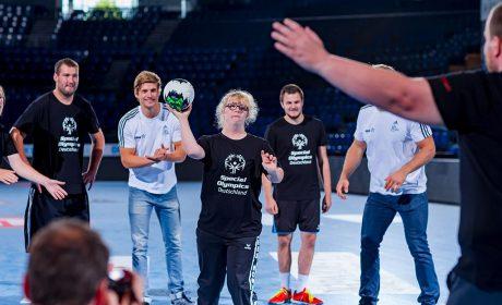 """Bei der sportlichen Einlage nach der Pressekonferenz zeigt Merle Tönnies von den """"Handiballern"""" des SC Gut-Heil Neumünster ihr Können im 7-Meter-Werfen. (Foto: SOD/Sascha Klahn)"""