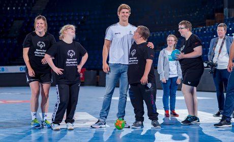 """Die """"Handiballer"""" vom SC Gut Heil Neumünster hatten beim Handball spielen viel Spaß mit Rune Dahmke. (Foto: SOD/Sascha Klahn)"""