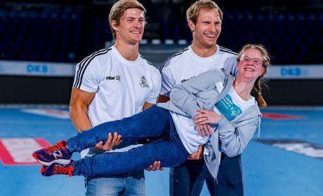 Michaela Harder wird von den beiden THW-Spielern Rune Dahmke und Steffen Weinhold auf Händen getragen. (Foto: SOD/Sascha Klahn)