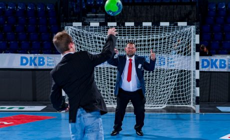 Auch die beiden Athletensprecher Sebastian Kröger und Mark Solomeyer warfen sich nach der Auftakt-Pressekonferenz die Bälle zu. (Foto: SOD/Sascha Klahn)