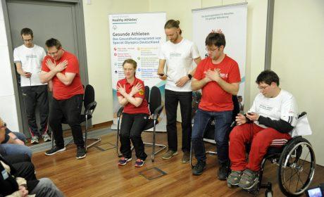 Die Gesichter der Spiele Pierre Petersen, Michaela Harder und Christoph Bertow (in rot, vlnr.) führen einen Fitnesstest vor, der auch bei den Special Olympics Kiel 2018 angeboten wird. (Foto: SOD/Jörg Lühn)