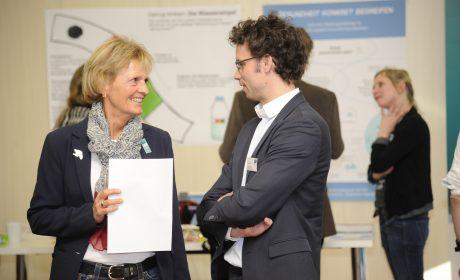 Susanne Jahn (li.), hier im Gespräch mit Sven Albrecht, hat als langjährige Helferin schon sehr viel Erfahrung mit Special Olympics. (Foto: SOD/Jörg Lühn)