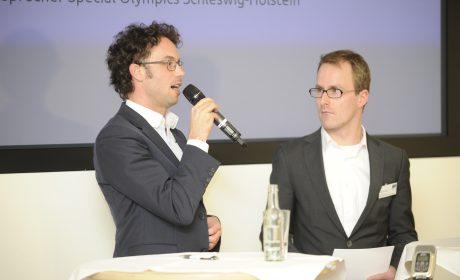 Bundesgeschäftsführer Sven Albrecht (li.) gab bei der Pressekonferenz Informationen über den aktuellen Planungsstand der Special Olympics Kiel 2018, dabei war auch Sebastian Kršöger, Athletenvertreter im SOD-Fachausschuss Gesundheit (re.). (Foto: SOD/Jörg Lühn)