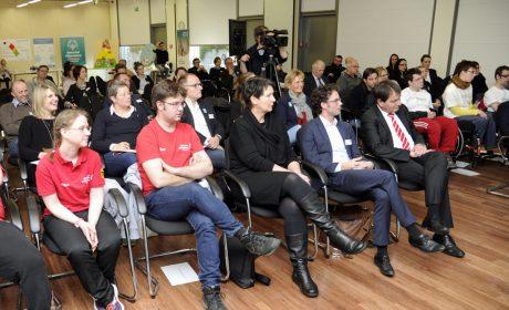 Die Gäste, Gesprächspartner und Pressevertreter lauschen gespannt dem Podiumsgespräch. (Foto: SOD/Jörg Lühn)