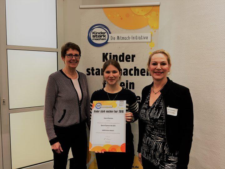 Gisela Flätgen (links) und Katrin Wollersheim (rechts) von der BZgA mit Special Olympics Sportkoordinatorin Nora Auffarth beim BZgA-Workshop. Foto: BZgA