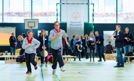 Michaela Harder, Leichtathletin und 'Gesicht der Spiele', und Sebastian Kröger, Athletensprecher von Special Olympics Schleswig-Holstein und Leichtathlet, zeigten beim Sprint ihr Können. (Foto: SOD/Sascha Klahn)