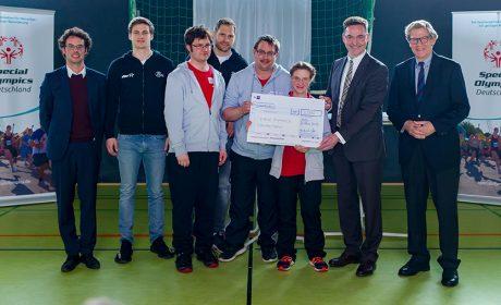 Klaus-Hinrich Vater, Präsident der Industrie- und Handelskammer zu Kiel (2. vr.), übergibt im Rahmen der Pressekonferenz einen Scheck in Höhe von 5.000 Euro an Special Olympics Deutschland. (Foto: SOD/Sascha Klahn)