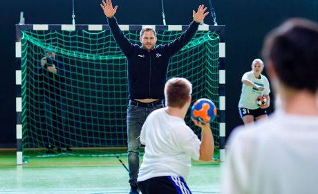 08.03.2018, Pressekonferenz Sport: Spieler vom Unified Handball-Team der Raboisenschulen beim Torwurf gegen THW-Handballer und 'Gesicht der Spiele' Steffen Weinhold. (Foto: SOD/Sascha Klahn)