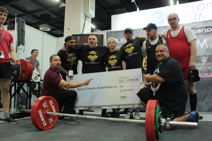 Francesco Virzi (unten links) und Special Olympics Athleten mit dem Spendenscheck. (Foto: SOD)