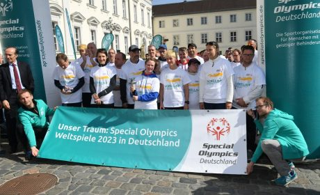 Vor dem Start zeigen die Läuferinnen und Läufer ein Banner mit ihrem Wunsch für Special Olympics Weltspiele 2023 in Deutschland. (Foto: SOD/Juri Reetz)