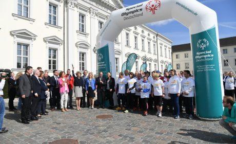 Schirmherrin Elke Büdenbender, Ehefrau von Bundespräsident Frank-Walter Steinmeier, gibt am Schloss Bellevue den Startschuss zum Special Olympics Fackellauf in Berlin. (Foto: SOD/Juri Reetz)