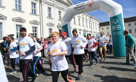Los geht es für die Läuferinnen und Läufer am Schloss Bellevue. (Foto: SOD/Juri Reetz)