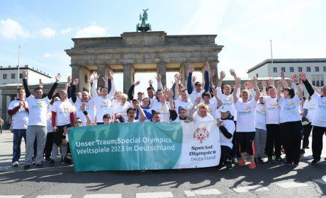 Die Läufergruppe ist am Brandenburger Tor angekommen und zeigt auch dort ihren Wunsch nach Special Olympics Weltspielen 2023 in Deutschland. (Foto: SOD/Juri Reetz)