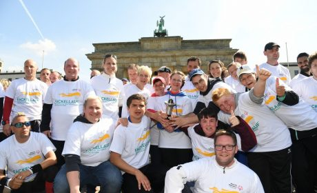 Fotostopp der Läufergruppe am Brandenburger Tor. (Foto: SOD/Juri Reetz)