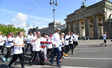 Die Läufergruppe passiert das Brandenburger Tor. (Foto: SOD/Juri Reetz)