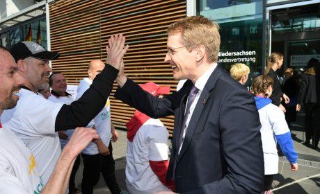 Abklatschen mit den Athleten - Ministerpräsident Daniel Günther begrüßt die Läuferinnen und Läufer. (Foto: SOD/Juri Reetz)