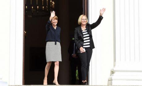 Schirmherrin Elke Büdenbender, Ehefrau von Bundespräsident Frank-Walter Steinmeier, und SOD-Präsidentin Christiane Krajewski begrüßen die Anwesenden vor dem Schloss Bellevue zur Fackellauf-Zeremonie. (Foto: SOD/Juri Reetz)