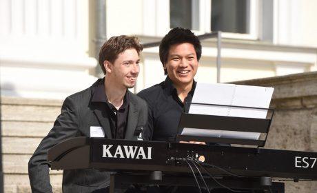 Das Piano Duett Hoang Tam Do und Lucca Keller sorgte für die musikalische Untermalung bei der Fackellauf-Zeremonie am Schloss Bellevue. (Foto: SOD/Juri Reetz)