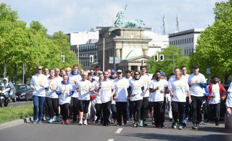 Die Läufergruppe um Fackelträger Robert Herberg ist am Brandenburger Tor vorbei und nun auf der letzten Etappe zu den Ministergärten. (Foto: SOD/Juri Reetz)