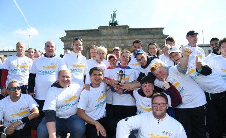 Fackellauf Berlin - Athletinnen und Athleten vor dem Brandenburger Tor. Foto: SOD/Juri Reetz