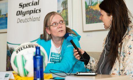 Gaby Fey, Badminton Athletin, wird von einer Journalistin für NDR Welle Nord interviewt während der Pressekonferenz am 10. April bei der Stiftung Drachensee. (Foto: SOD/Jan Konitzki)