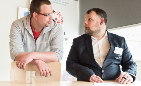 """Pierre Petersen, """"Gesicht der Spiele"""", und Mark Solomeyer, SOD Vizepräsident und Athletensprecher, im Gespräch. (Foto: SOD/Jan Konitzki)"""