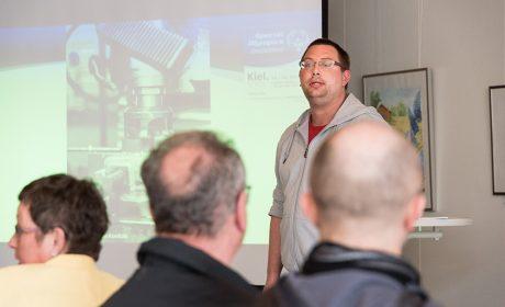 Pierre Petersen stellt seinen Arbeitsplatz in der Stiftung Drachensee vor. (Foto: SOD/Jan Konitzki)