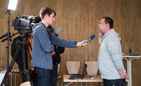 Am Ende der Gesprächsrunde wurde Pierre Petersen von einem Journalisten des NDR für das Schleswig-Holstein Magazin interviewt. (Foto: SOD/Jan Konitzki)