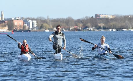 Kanu-Olympiasieger Sebastian Brendel (Mitte) mit den Special Olympics Unified-Partnerin Daisy Scholz (links) und Athlet Sebastian Girke. (Foto: SOD/Juri Reetz)