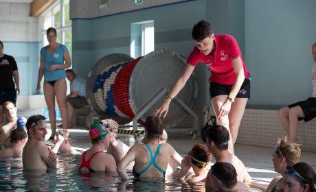 Martin Faust, Trainerin TV Bühl (hinten) und Ruth Niehaus, Nationale Koordinatorin für Schwimmen bei SOD bei der Einteilung der Schwimmer. (Foto: SOD/Jo Henker)