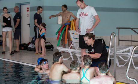 Thomas Lurz, SOD-Sportbotschafter und ehemaliger Schwimmprofi im Freiwasserschwimmen verfolgt die Trainingsanweisungen von Stephanie Kögel, Trainerin SG Poseidon Eppelheim. (Foto: SOD/Jo Henker)