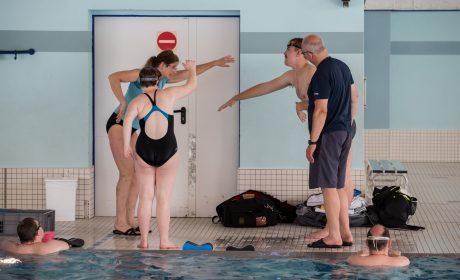 Trainerin Martina Faust zeigt den Athelten Steve Röder und Franziska Sefrin und Betreuer Ralf Röder den Kraularmzug. (Foto: SOD/Jo Henker)