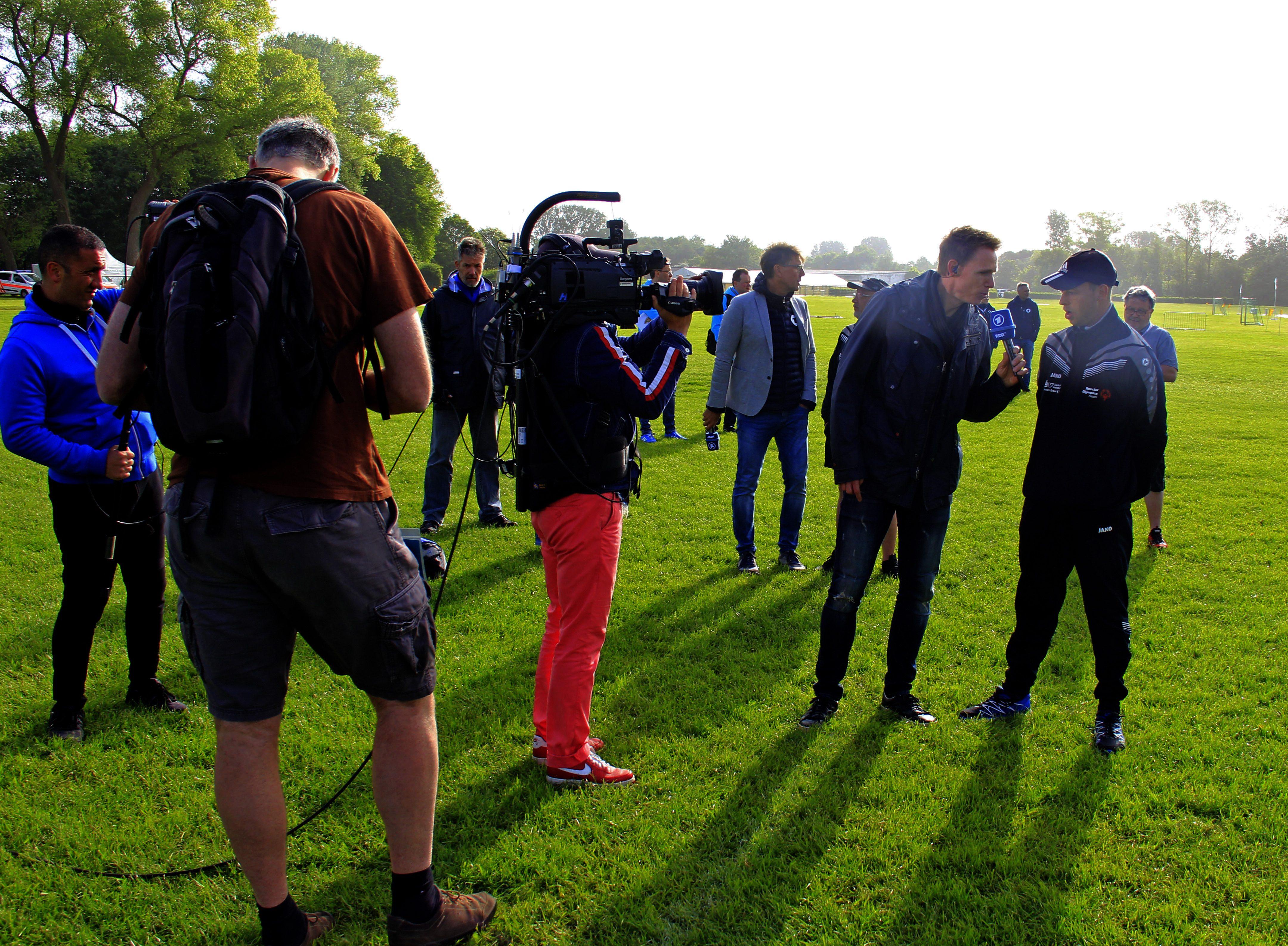 Frank Busemann (2.v.r.) interviewt Fußballer von den Werraland Werkstätten (Foto: Andreas Bister)