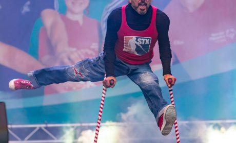 Unglaubliche Akrobatik: Breakdancer Stix tanzt auf Gehhilfen. (Foto: SOD/Sascha Klahn)