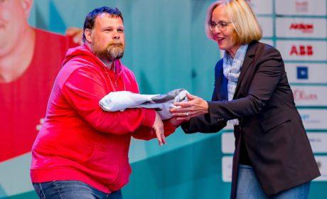 SOD-Präsidentin Christiane Krajewski übergibt die Special Olympics Fahne an Athletensprecher Mark Solomeyer. (Foto: SOD/Sascha Klahn)
