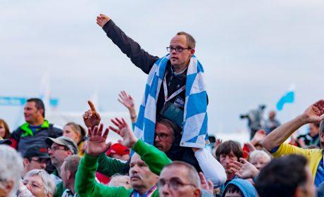 Die Abschlussfeier der Special Olympics fand auf der Kieler Reventlou-Wiese statt. Die Athletinnen und Athleten sind bester Stimmung. (Foto: SOD/Sascha Klahn)