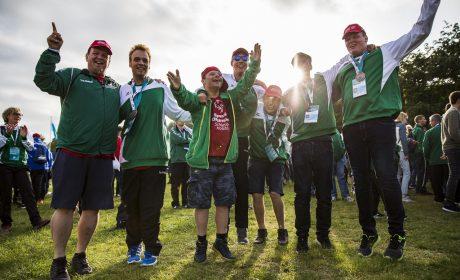 Abschlussfeier: Die Handballerinnen und Handballer vom TSV Munkbrarup feiern in Olympic Town ihre Medaillen und den Abschluss der Special Olympics Kiel 2018. (Foto: SOD/Sarah Rauch)
