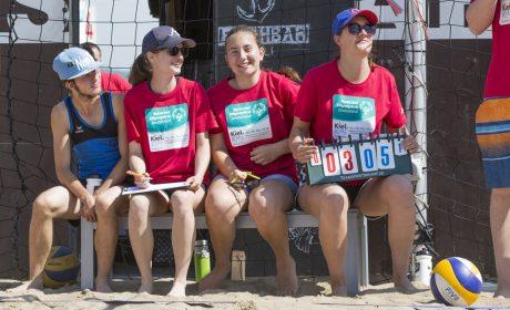 Beachvolleyball: Helfer v.l.n.r. Leonie Leibinger, Hanna Rönfeldt, Alina Knierim. (Foto: SOD/Florian Conrads)