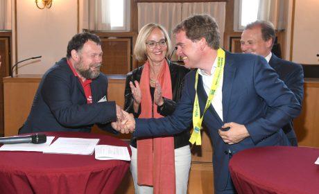Mark Solomeyer überreichte Oberbürgermeister Dr. Ulf Kämpfer die erste Teilnehmerschleife der Special Olympics Kiel 2018. Mit auf dem Bild: SOD-Präsidentin Christiane Krajewski. (Foto: SOD/Juri Reetz)