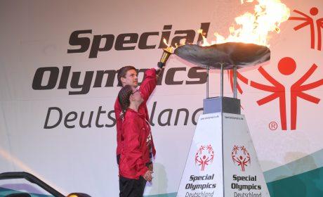 Die 'Gesichter der Spiele' Michaela Harder und Rune Dahmke entzünden das Special Olympics Feuer. (Foto: SOD/Juri Reetz)