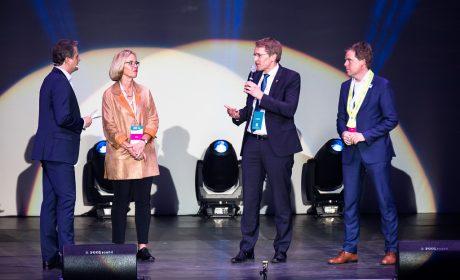 Moderator Andreas Käckell spricht mit SOD-Präsidentin Christiane Krajewski, Ministerpräsident Daniel Günther und Kiels Oberbürgermeister Dr. Ulf Kämpfer über ihre Erwartungen an die Nationalen Spiele. (Foto: SOD/Stefan Holtzem)