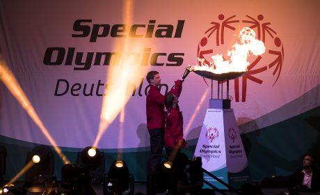 Die 'Gesichter der Spiele' Michaela Harder und Rune Dahmke entzünden das Special Olympics Feuer und setzen damit den emotionalen Höhepunkt des Special Olympics Zeremoniells. (Foto: SOD/Stefan Holtzem)