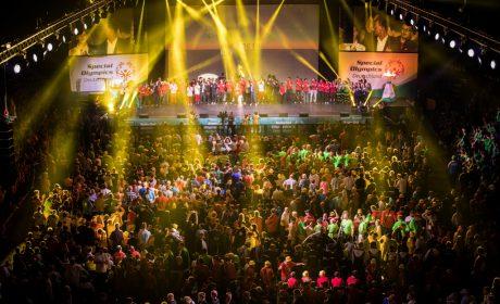 Zum Abschluss der Eröffnungsfeier haben sich noch einmal alle Künstler und Beteiligten auf der Bühne versammelt. (Foto: SOD/Jo Henker)