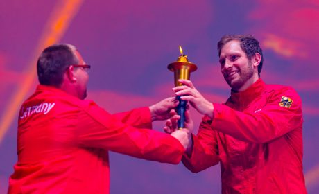 Die letzten Fackelträger sind die 'Gesichter der Spiele'. Pierre Petersen übergibt die Fackel an Steffen Weinhold. (Foto: SOD/Sascha Klahn)
