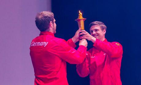 Die letzten Fackelträger sind die 'Gesichter der Spiele'. Steffen Weinhold übergibt die Fackel an Rune Dahmke. (Foto: SOD/Sascha Klahn)
