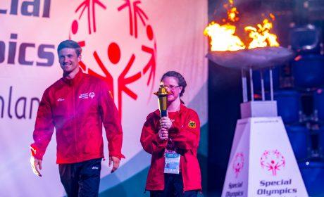 Rune Dahmke und Michaela Harder haben gemeinsam das Special Olympics Feuer entzündet. (Foto: SOD/Sascha Klahn)