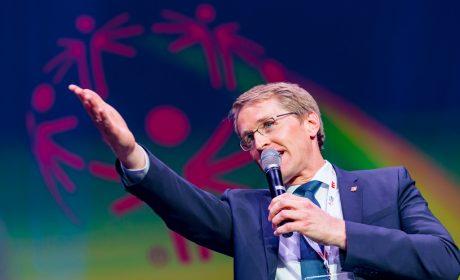 Ministerpräsident Daniel Günther wurde von den Athleten zur Athletendisko eingeladen. Diese Einladung konnte er nicht ausschlagen. (Foto: SOD/Sascha Klahn)